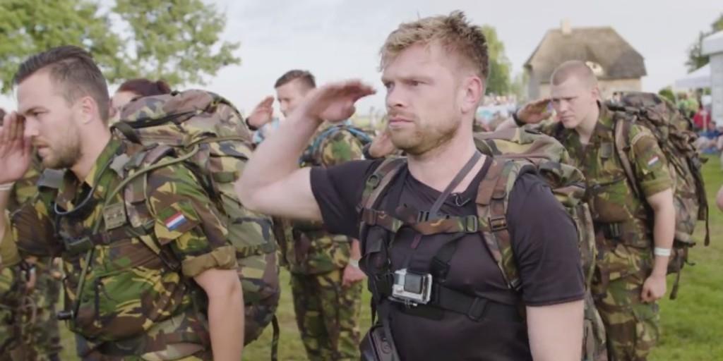Niels Oosthoek loopt samen met militairen ongetraind Nijmeegse Vierdaagse